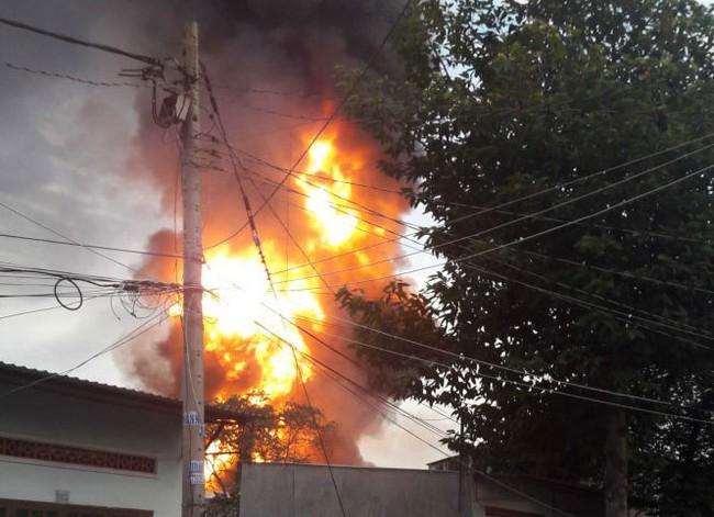 Cháy lớn kho hóa chất lúc rạng sáng ở Sài Gòn