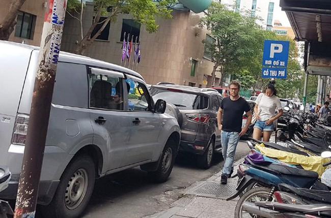 Thu phí đậu ô tô dưới lòng đường Sài Gòn qua điện thoại