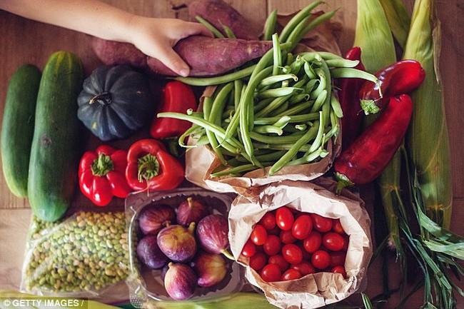 """Nếu không thể bỏ thuốc lá, hãy ăn 10 phần rau củ và trái cây để """"bù đắp"""""""