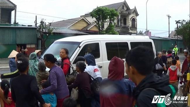 [Ảnh]: Bão số 10 chưa tan, hàng nghìn người dân Hà Tĩnh vội vã bắt xe về nhà