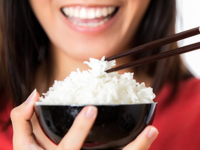 Cơm mỗi ngày ai cũng ăn nhưng hầu hết đều mắc phải những lỗi gây tổn hại sức khỏe này