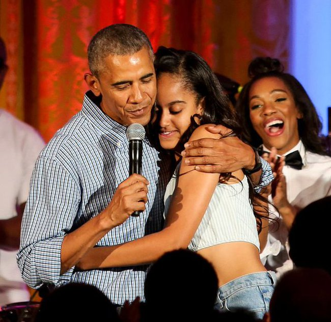 Barack Obama đã khóc sau khi tiễn con gái đến học tại Harvard