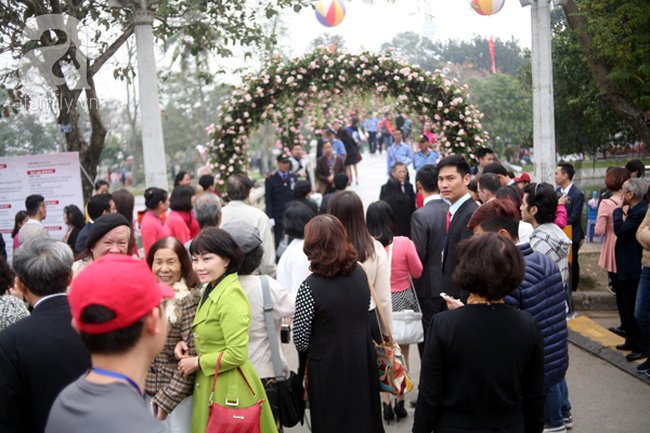 Lễ hội hoa hồng ở Hà Nội: Người dân chen chúc mua vé từ sớm nhưng không được vào bên trong