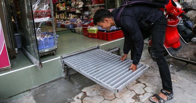 """Người Sài Gòn lắp bậc tam cấp di động như """"hộp tủ"""" để không lấn chiếm vỉa hè"""