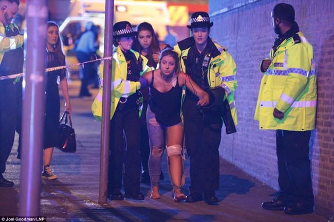 Hình ảnh hiện trường vụ khủng bố kinh hoàng tại buổi hòa nhạc Anh