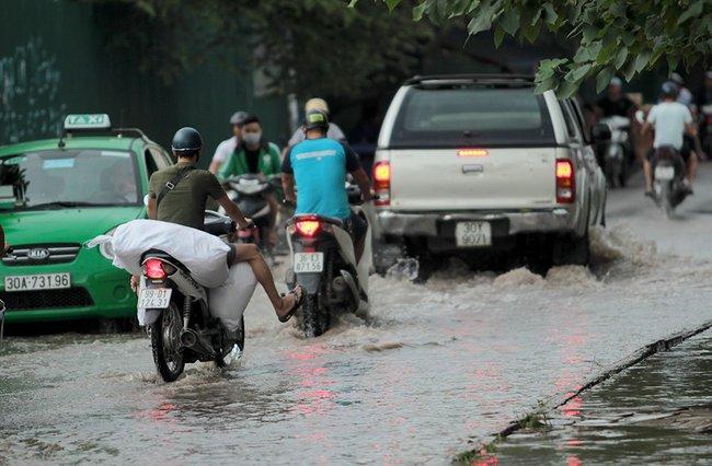 Hà Nội mưa tầm tã, nhiều đường phố ngập sâu