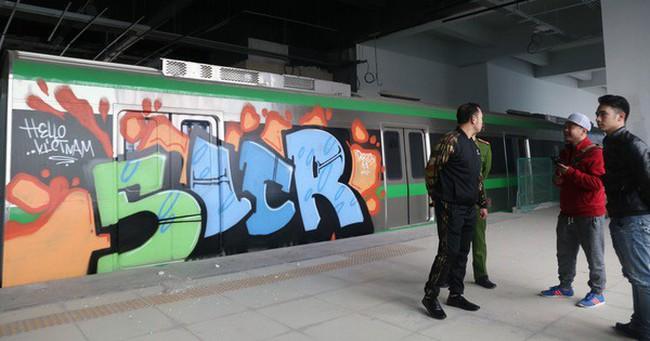 Tàu đường sắt trên cao Cát Linh - Hà Đông bị vẽ sơn trong đêm