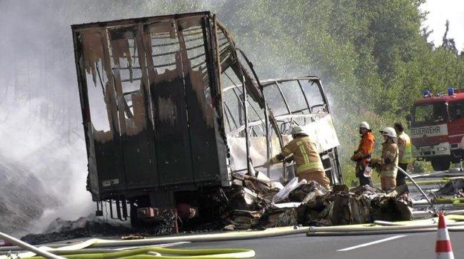 Xe buýt chìm trong biển lửa sau tai nạn, 17 người bị thiêu chết