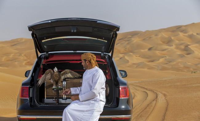 Có gì trong chiếc ô tô sang trọng dành riêng cho giới quý tộc có thú chơi chim ưng ở Trung Đông?