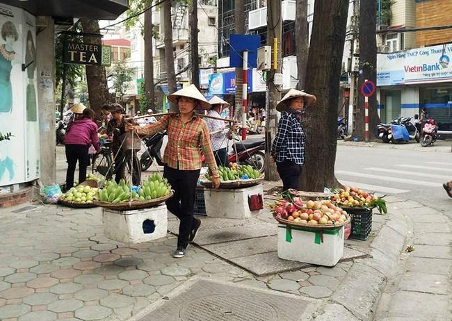 Hà Nội tính dẹp việc buôn bán trái cây trên vỉa hè