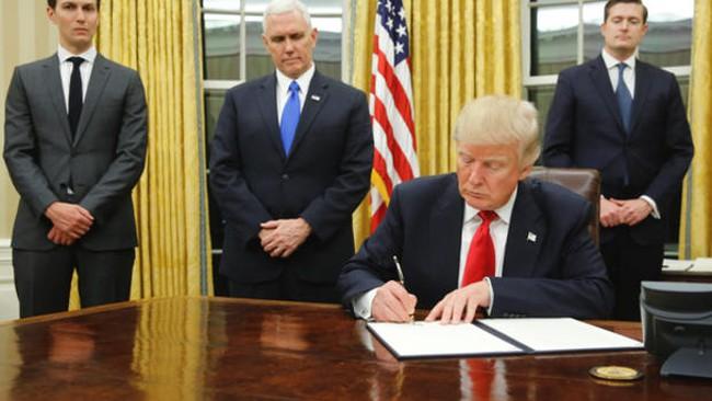 """Donald Trump phá kỷ lục """"không được lòng"""" của một tân tổng thống Mỹ"""