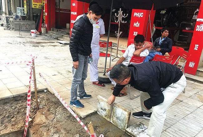 Chủ tịch Hà Nội: Đá lát vỉa hè không đúng kích cỡ, độ dày