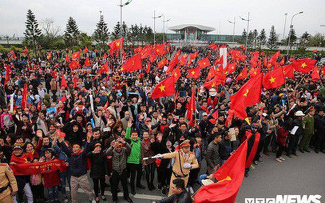 Dân Thủ đô phủ kín nhiều tuyến đường, vác cúp chào đón U23 Việt Nam trở về