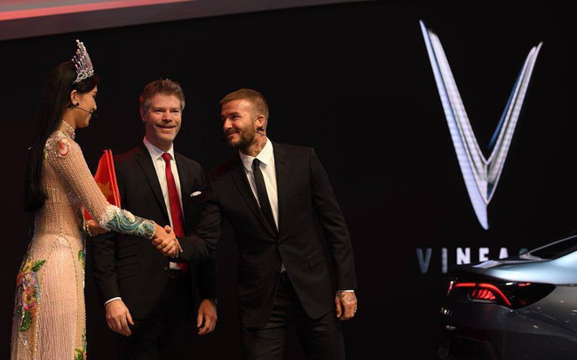 Khoảnh khắc Hoa hậu Trần Tiểu Vy rạng rỡ, tự tin bắt tay David Beckham tại sự kiện ra mắt VinFast