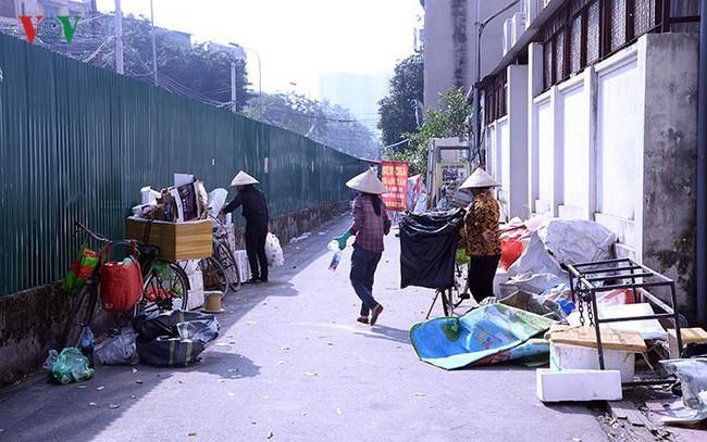 """Bãi đỗ xe thông minh """"đắp chiếu"""", thành nơi đổ rác tại Hà Nội"""