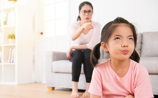 4 cách hành xử sai lầm của cha mẹ khiến con đã bướng bỉnh càng bướng bỉnh hơn