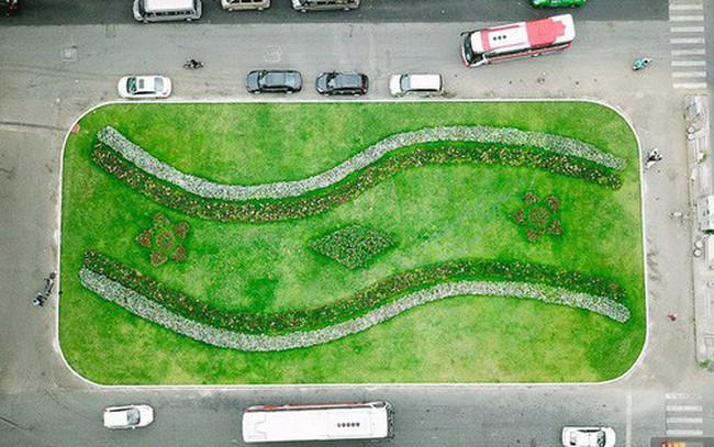 Bãi giữ xe bỏ hoang phía sau Nhà hát TP. HCM đã biến thành vườn hoa xanh ngát