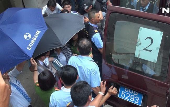 Video Bộ Công an khám xét, bắt người tại chi nhánh Ngân hàng Eximbank ở quận 1 - TPHCM