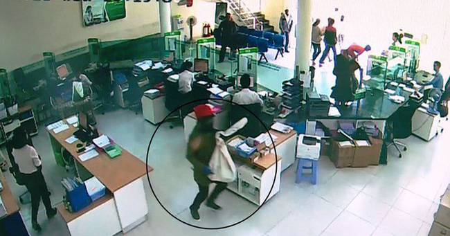 Vụ cướp ngân hàng ở Khánh Hòa: Ai để cướp bịt mặt vào ngân hàng?