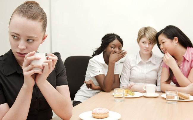 """15 dấu hiệu chứng tỏ bạn là """"cái gai trong mắt đồng nghiệp"""": Đọc ngay để không bị cô lập chốn công sở"""
