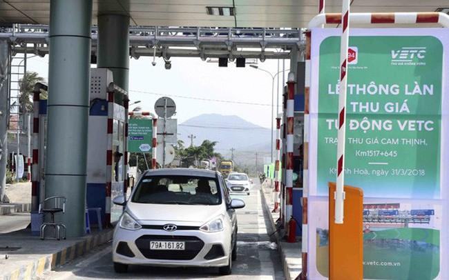 Nhiều xe sử dụng làn thu phí tự động tại trạm Cam Thịnh