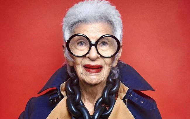 Iris Apfel - 96 tuổi vẫn là biểu tượng thời trang được cả thế giới ngưỡng mộ: Hãy luôn thắc mắc, luôn tò mò và hài hước một chút để sẵn sàng cho mọi cuộc phiêu lưu
