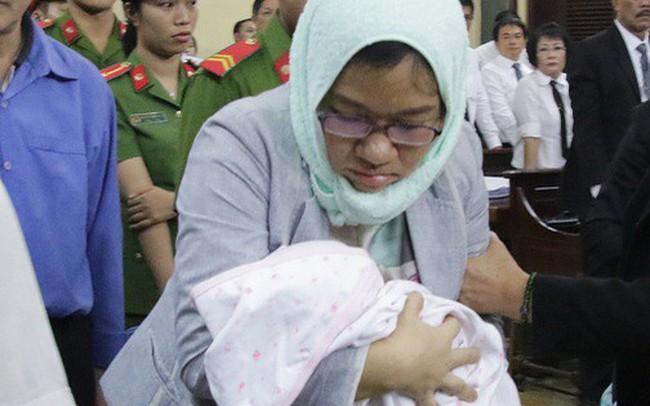 Tòa rối loạn vì bị cáo lại mang con sơ sinh vào phòng xử
