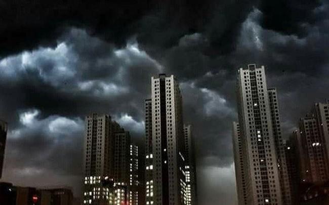 Cư dân mạng chia sẻ ảnh bầu trời Hà Nội đẹp dị thường do giông lớn