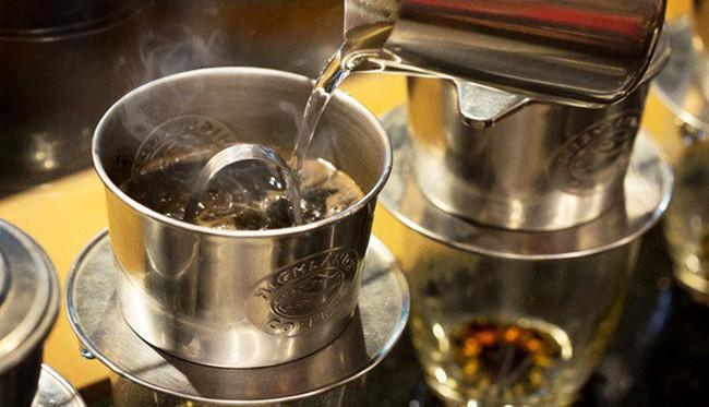 Có một thế hệ đang lưu giữ nét đẹp việt qua từng ly cà phê pha Phin