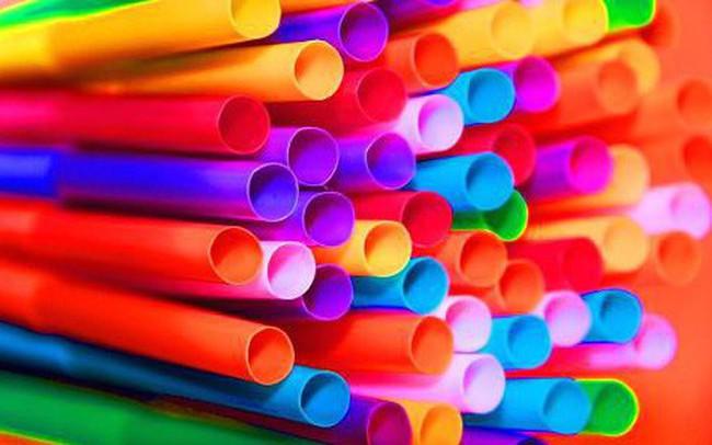 """EU đề xuất """"khai tử"""" tăm bông, ống hút nhựa vì quá ô nhiễm môi trường"""