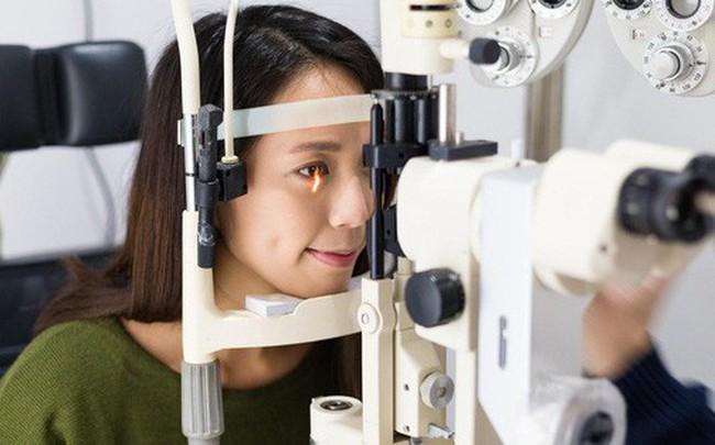 """Nguyên nhân khiến phân nửa dân số Trung Quốc từ trẻ đến già có nguy cơ bị cận thị và phải đeo """"đít chai"""" cả đời"""