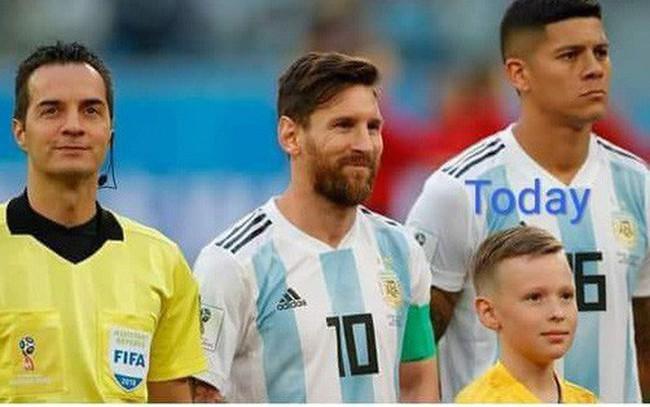"""Thêm bức ảnh cho thấy khả năng """"tiên tri"""" của Messi: Cười rất tươi khi đứng cạnh Rojo và trọng tài"""