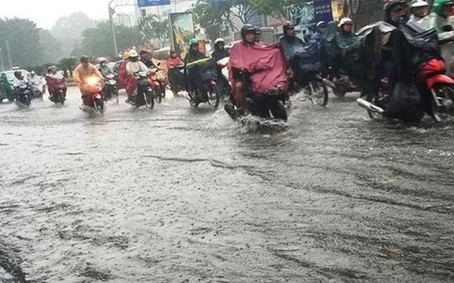 Giao thông cửa ngõ Tân Sơn Nhất tê liệt sau cơn mưa