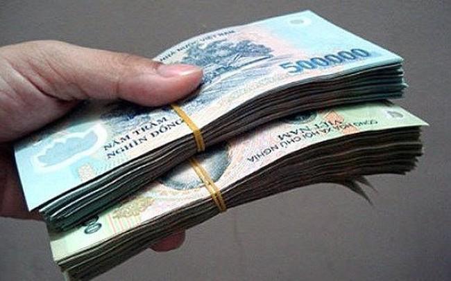 Mang tiền đến ngân hàng gửi thì phải kiểm đếm kỹ, rút tiền từ ngân hàng về thì không cần?