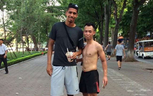 Không được đá World Cup, trung vệ MU Chris Smalling đưa vợ sang Việt Nam du lịch, đá cầu với người hâm mộ