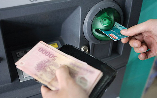 Vì sao các ngân hàng lớn vội vàng muốn tăng phí rút tiền ATM?