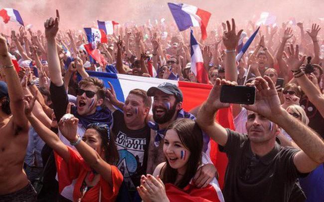 Xúc động cảnh ăn mừng cuồng nhiệt của hàng trăm ngàn CĐV Pháp ở Paris