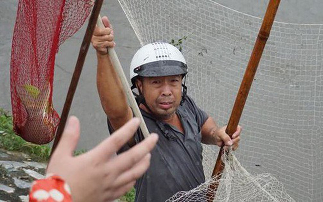 Người Hà Nội đổ xô ra sông bắt cá sau cơn mưa