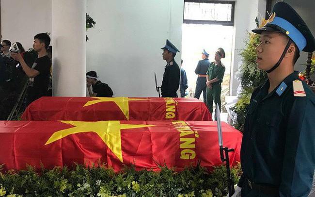 [CẬP NHẬT] Người thân, đồng đội đưa tiễn 2 phi công chiến đấu cơ Su-22 gặp nạn trên núi Làng Dừa