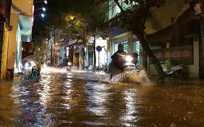Mưa lớn trút xuống giờ tan tầm, Hà Nội 'phố cũng như sông'