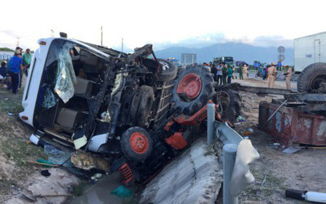 NÓNG: Ô tô tải va chạm với máy cày, 22 người thương vong