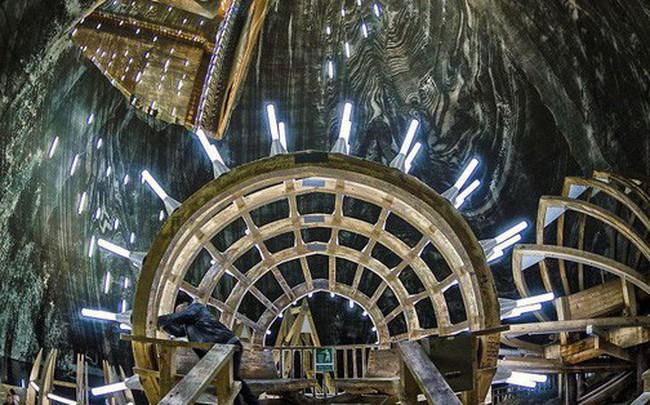 Chùm ảnh: Vẻ đẹp kì diệu của đu quay khổng lồ trong lòng hang động