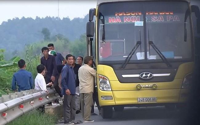 Cận cảnh xe giường nằm bắt khách giữa cao tốc Nội Bài - Lào Cai
