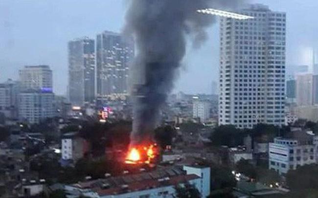 Cháy lớn trên đường Đê La Thành lan sang 7 nhà, cắt điện khu vực để cứu hoả