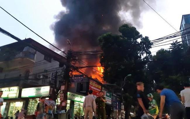 Hơn 200 người dập đám cháy trên đường Đê La Thành