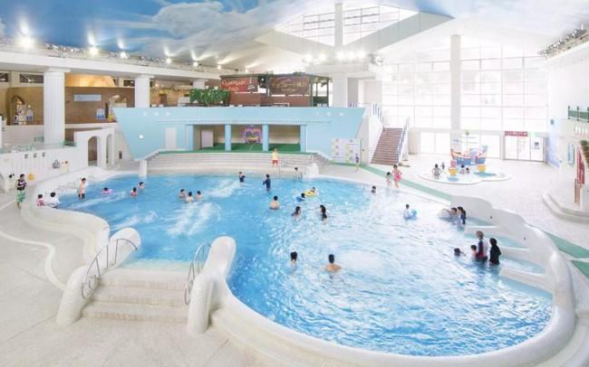 Trải nghiệm du lịch mới lạ: Bạn có thể tắm trong rượu vang hoặc trà xanh tại công viên giải trí suối nước nóng này ở Nhật Bản