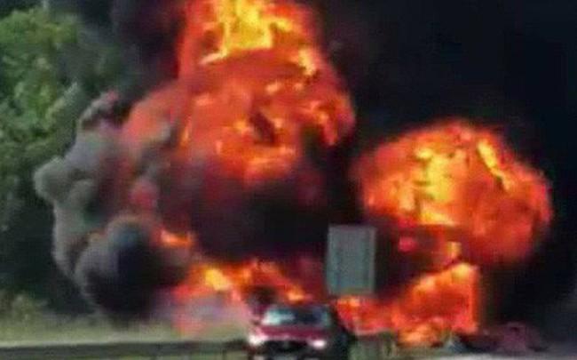 Cấm đường cao tốc Nội Bài - Lào Cai sau vụ tai nạn xe bồn chở xăng bốc cháy