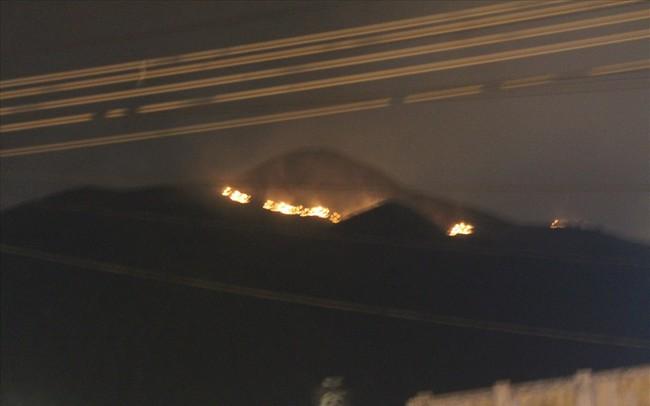 Cháy lớn trên núi, chủ tịch phường vừa ngồi quán cà phê vừa đuổi báo chí