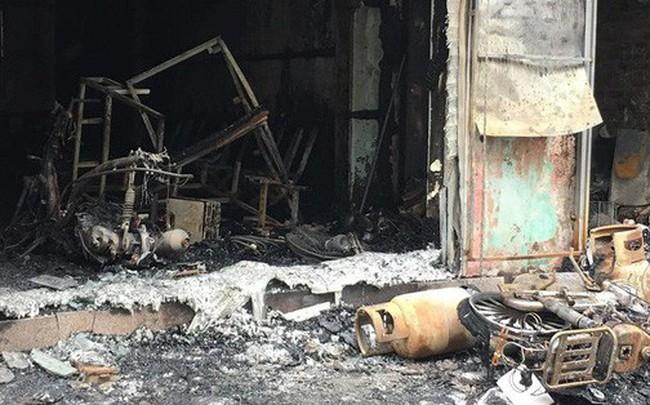 Hà Nội: Sau tiếng nổ lớn, lửa bao trùm ngôi nhà 4 tầng