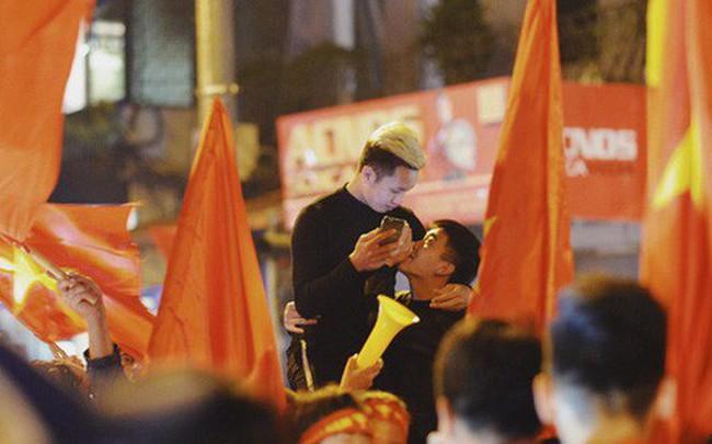 Khoảnh khắc đẹp: Những cái ôm ấm áp trên đường phố Hà Nội trong không khí mừng chiến thắng của đội tuyển Việt Nam